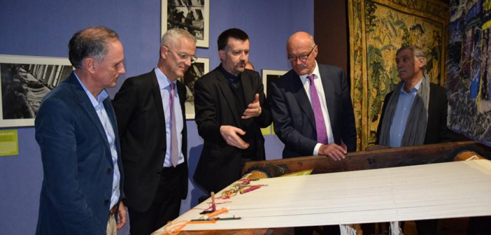 Visite d'Alain Rousset à Aubusson sur le thème de la tapisserie