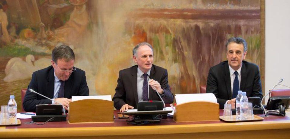 10 avril 2018. Deuxième réunion de travail des Sénateurs sur le thème des Ruralités, présidée par Jean-Jacques LOZACH, entouré de Patrice JOLY, Sénateur de la Nièvre et de Bernard DELCROS, Sénateur du Cantal.
